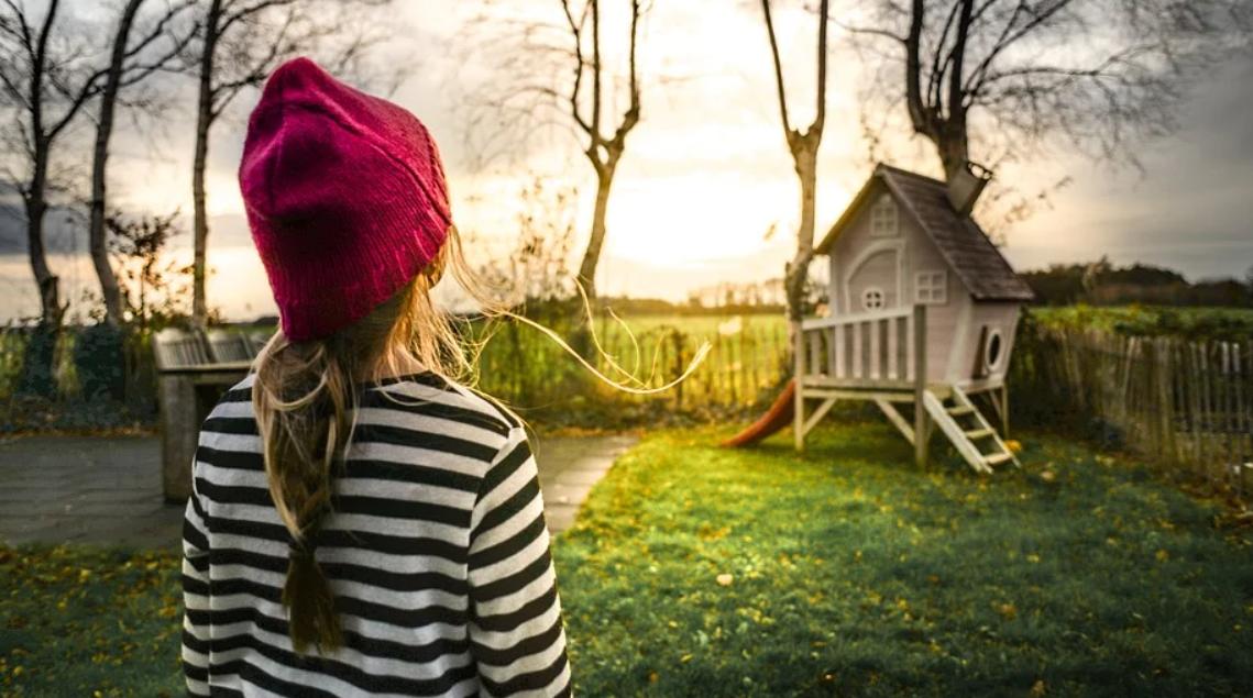 dívka a dům