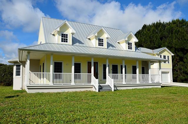 žlutobílý dům, schůdky, zábradlí