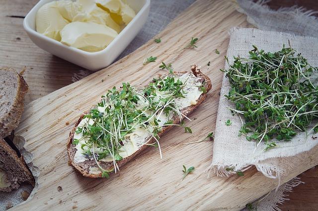 řeřicha na chlebu