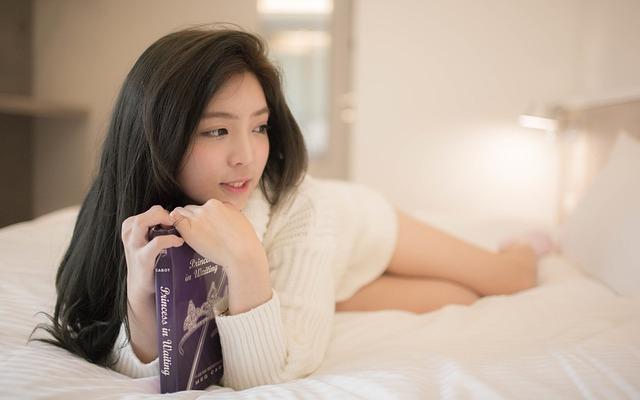 asiatka na posteli