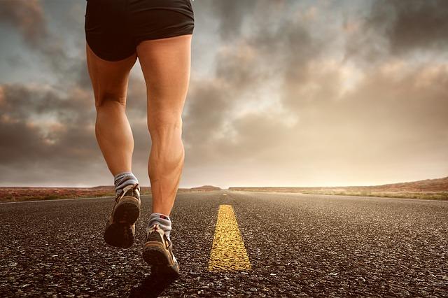 běh středem silnice
