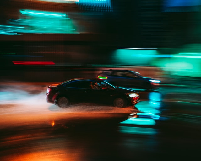 Závody automobilů v noci