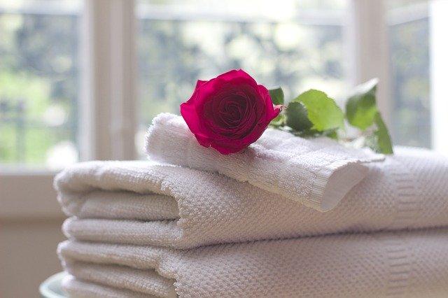 bílé ručníky a růže